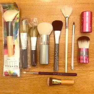 Set of 10 makeup brushes
